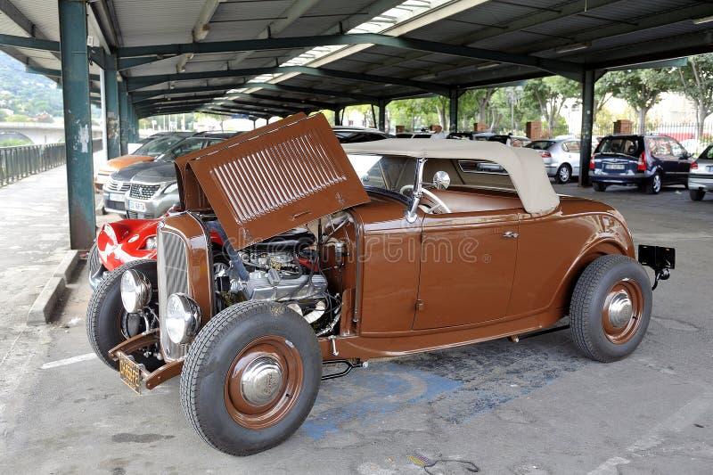 Hotrod Ford 1936 avec un moteur de V8 sur un stationnement image stock