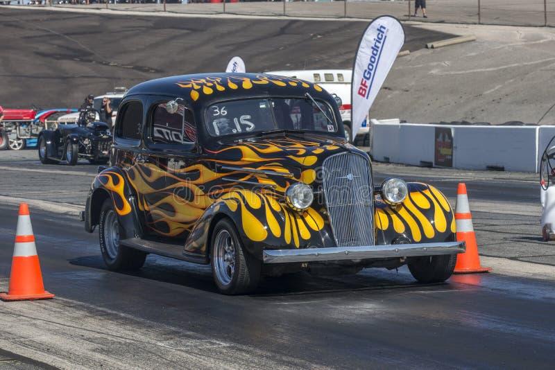 Hotrod sur la voie de course image libre de droits