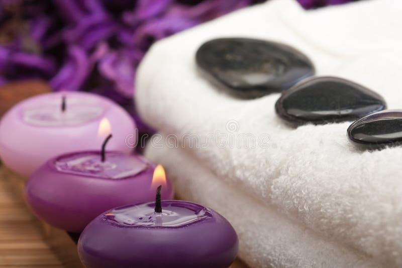 Hotstones auf Tuch mit Purpurkerzen (1) stockfotografie