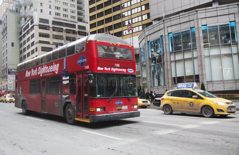 Houblon guidé de New York sur l'houblon outre de l'autobus à Manhattan images stock