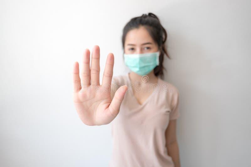 Houd de besmetting tegen! Gezonde vrouw die gebaar tonen stock fotografie