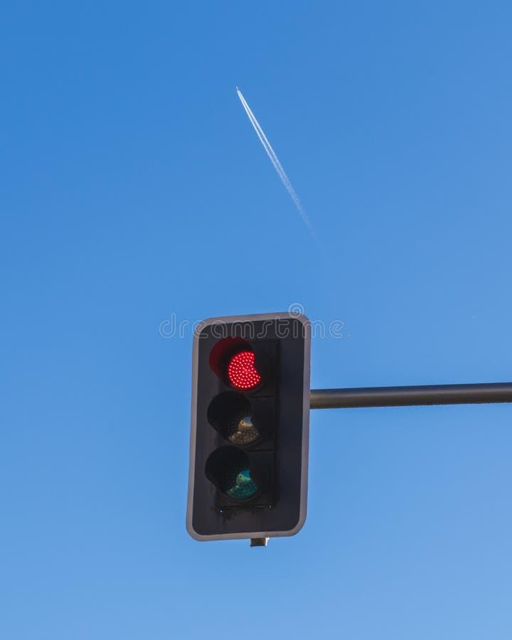 Houd een vliegtuig met een rood licht in Madrid tegen stock fotografie