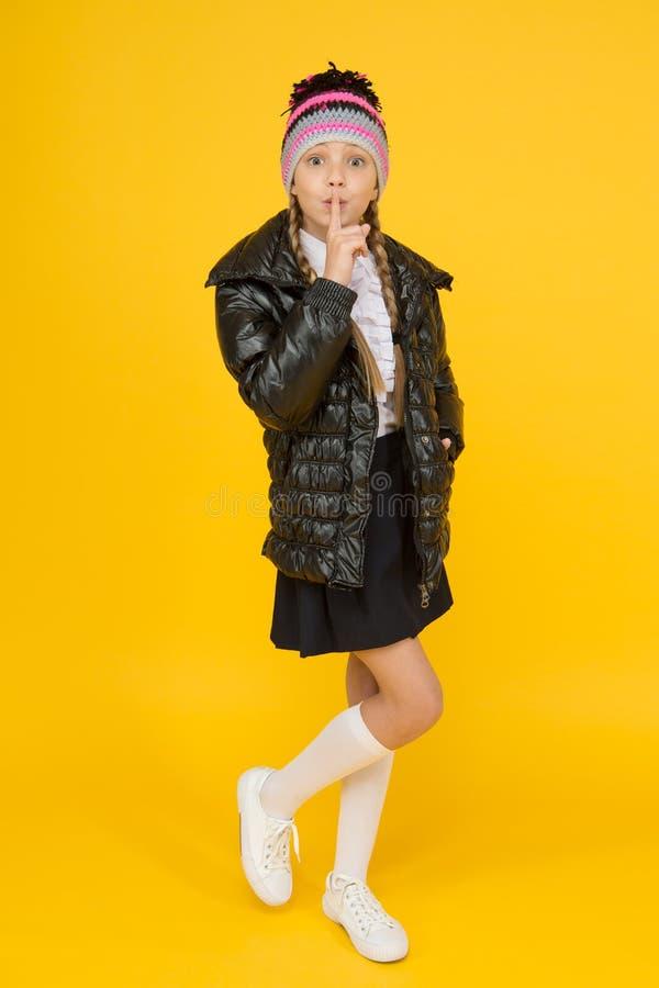Houd geheim Mode-shop Meisje draagt breihoed en geel jasje Mode-concept Warmkleding Kopen royalty-vrije stock foto's