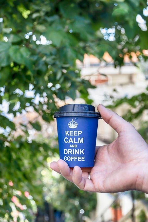 Houd kalm en drink koffie Blauwe document kop op de aardachtergrond stock fotografie