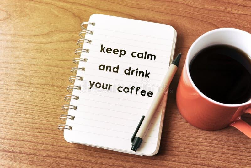Houd kalm en drink uw koffie stock foto