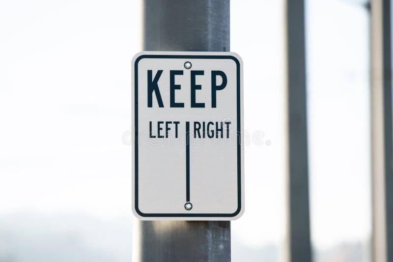 Houd links-rechts teken op de metaalpool royalty-vrije stock fotografie
