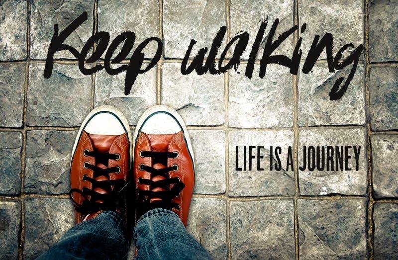 Houd lopend het leven is een reis, Inspiratiecitaat stock foto