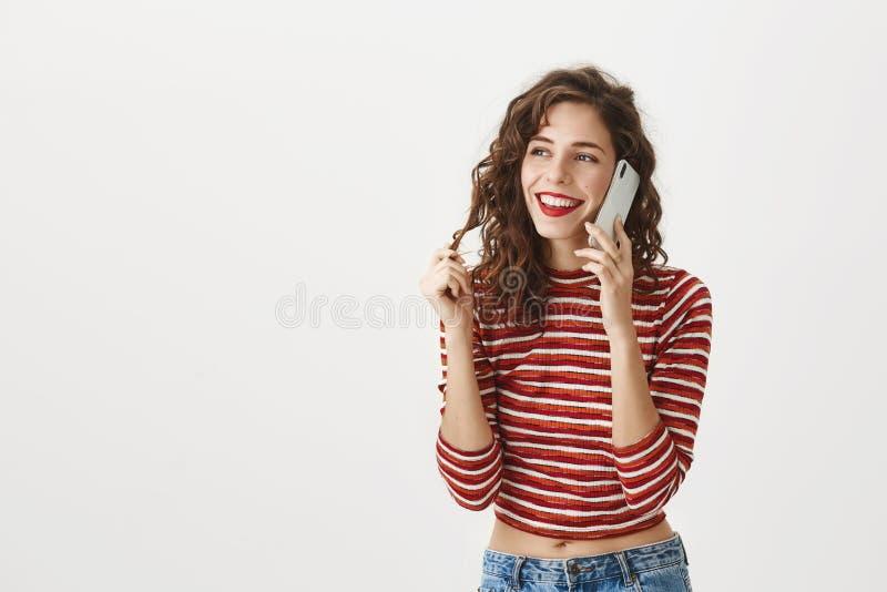 Houd ontvangend positief terugkoppelen van mijn cliënten Portret van het gelukkige tevreden modieuze vrouw spreken op smartphone  stock foto