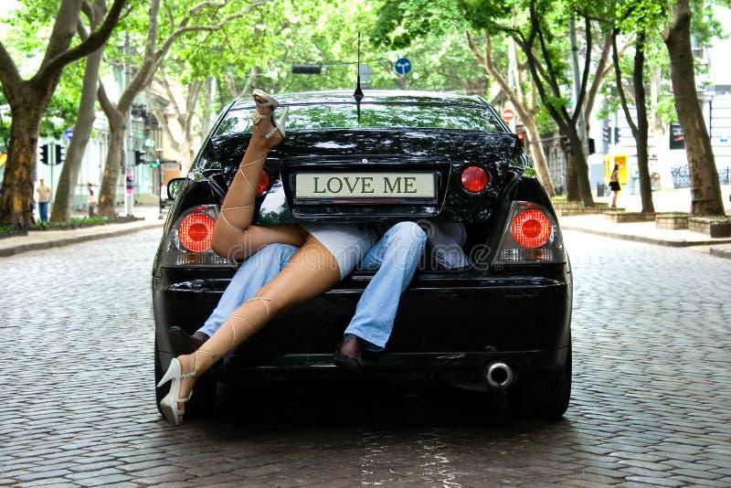 Houd van me in de auto stock foto's