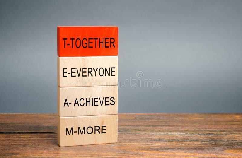 Houden blokken met het woord Samen, Iedereen, bereikt, Meer Teamwork en teamconcept Gemeenschap, steun, partnerschap royalty-vrije stock foto's