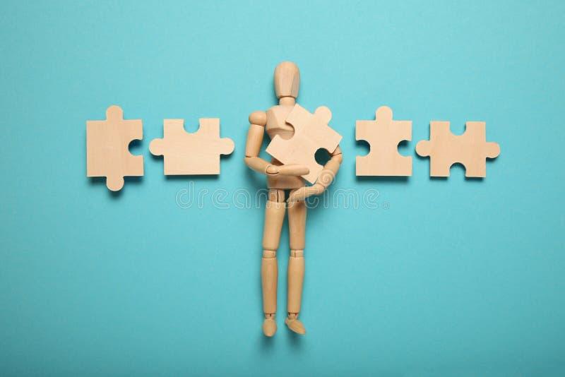 Houden figuur en puzzels, probleemoplossing in zaken, nieuwe uitdagingen Innovatie en teamwork royalty-vrije stock foto