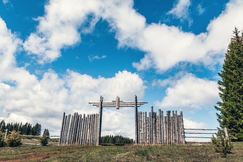 Houden hek en hek tegen de blauwe hemel met witte wolken royalty-vrije stock afbeeldingen