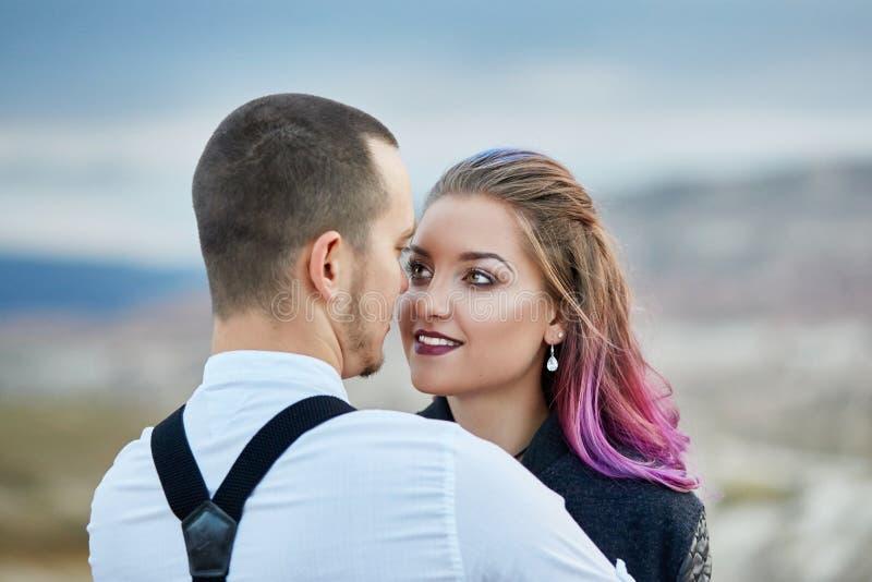 Houden het de dag houdende van paar van Valentine in aardomhelzingen en kussen, de man en de vrouw van elkaar Bergen van cappadoc stock foto's