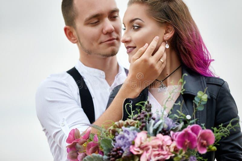 Houden het de dag houdende van paar van Valentine in aardomhelzingen en kussen, de man en de vrouw van elkaar Bergen van cappadoc royalty-vrije stock afbeeldingen