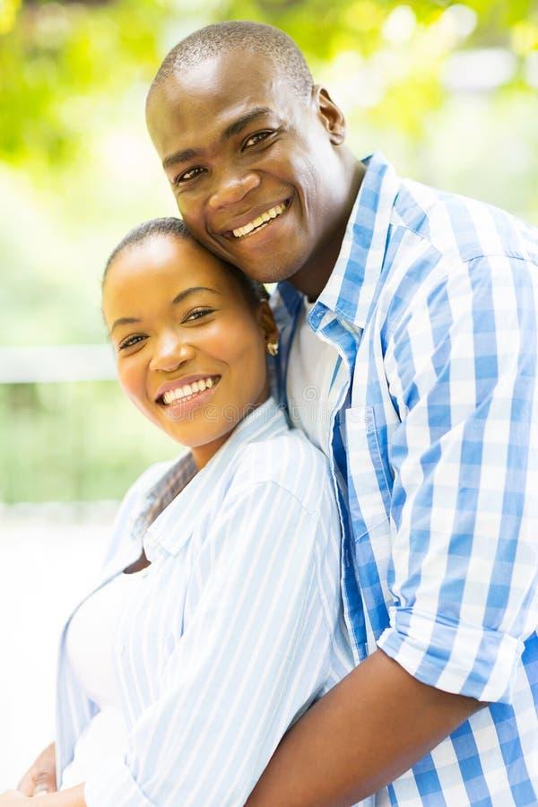 Houdend van Afrikaans paar royalty-vrije stock foto