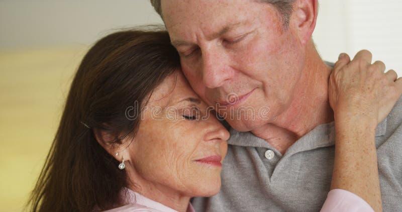 Houdend van bejaarde paarholding elkaar royalty-vrije stock afbeelding