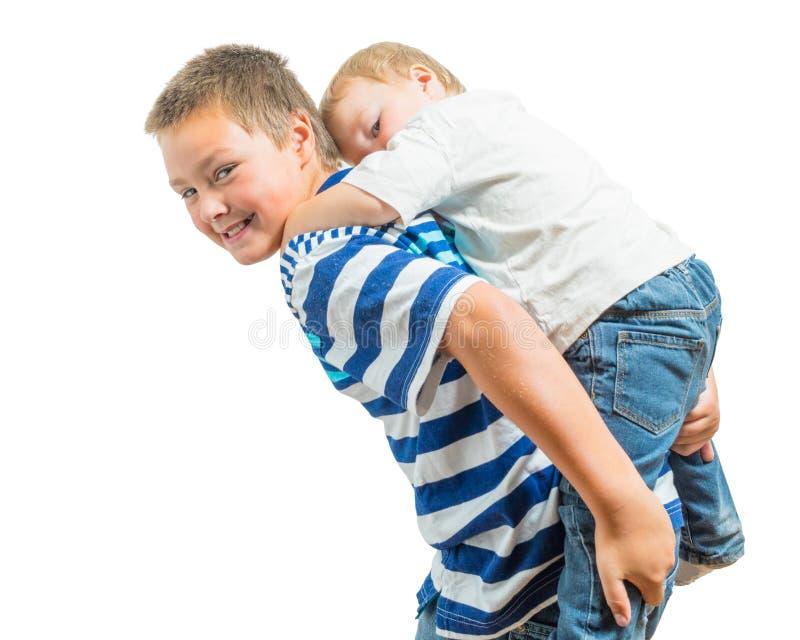 Houdend van Big Brother Carries Little Brother op Zijn Rug royalty-vrije stock afbeelding