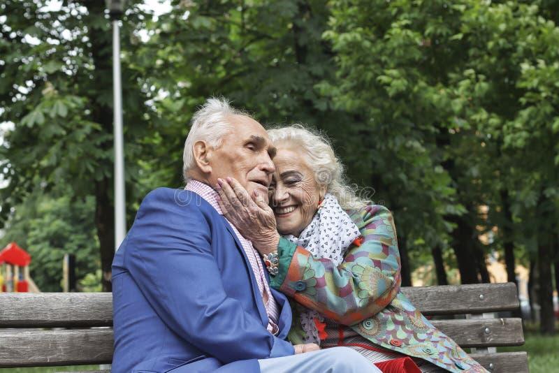 Houdend van echtpaar, echtpaar, Blije glimlachen, stock fotografie
