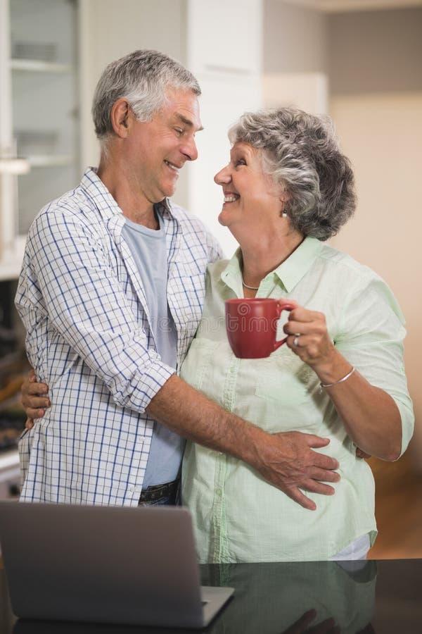 Houdend van hoger paar die elkaar thuis bekijken royalty-vrije stock foto's