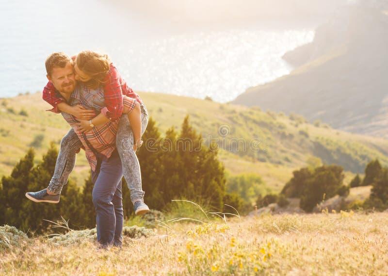 Houdend van paar bij de berg stock fotografie