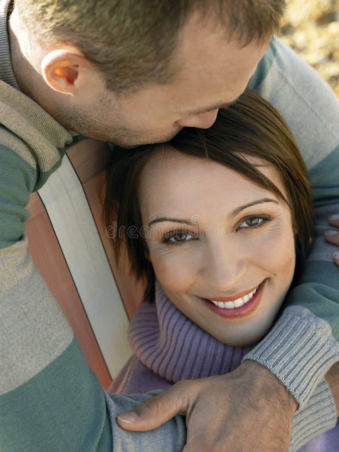 Houdend van Paar bij Strand stock foto