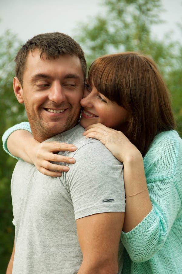Houdend van paar dat elkaar en het hebben van pret koestert stock afbeelding
