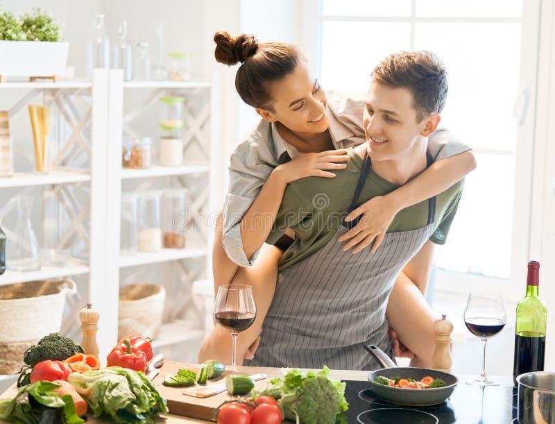Houdend van paar in de keuken stock fotografie