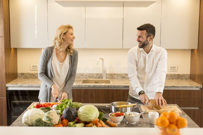 Houdend van paar in de moderne keuken stock afbeeldingen