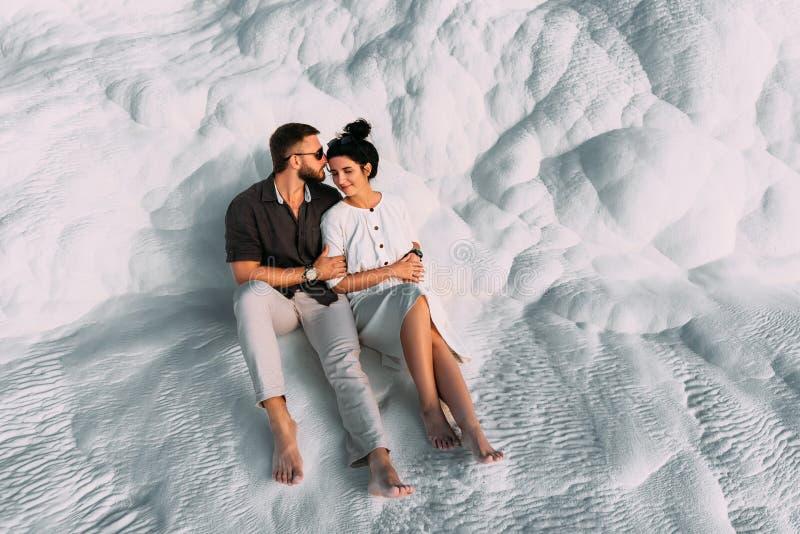 Houdend van paar in de wapens Man en vrouw die op witte achtergrond koesteren Modieus paar in liefde Onlangs echtpaar romantisch royalty-vrije stock afbeeldingen
