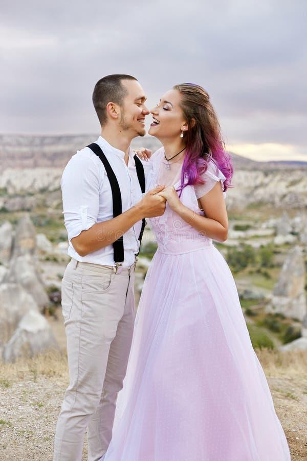 Houdend van paar die in de ochtend in aard koesteren Verhouding en liefdemannen en vrouwen Mooi aard en landschap, tederheid binn stock fotografie