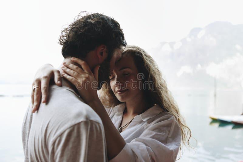 Houdend van paar die een romantisch ogenblik hebben stock fotografie