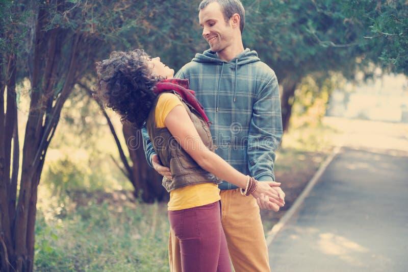 Houdend van paar die in het park dansen royalty-vrije stock afbeeldingen