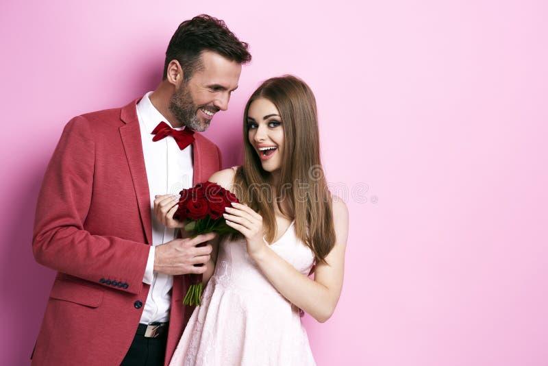 Houdend van paar die hun verjaardag vieren stock foto's