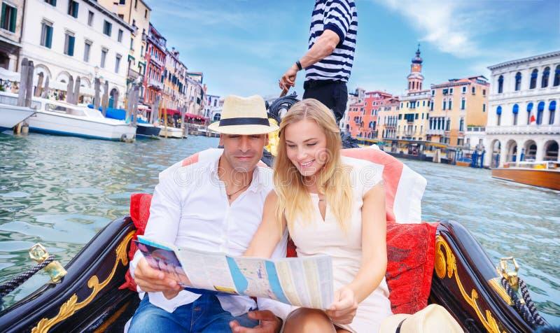 Houdend van paar die naar Venetië reizen royalty-vrije stock afbeelding