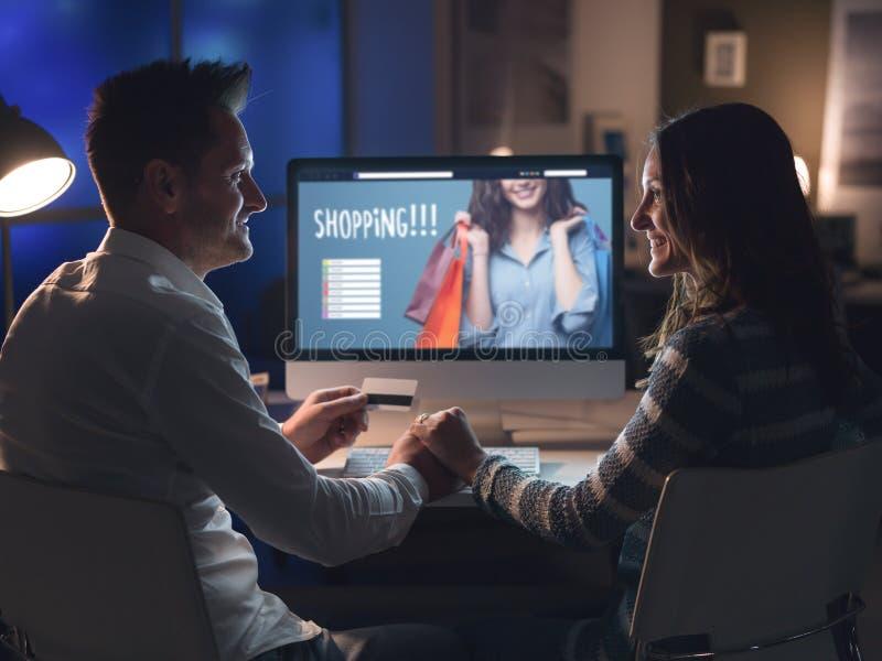 Houdend van paar die online het winkelen doen royalty-vrije stock foto