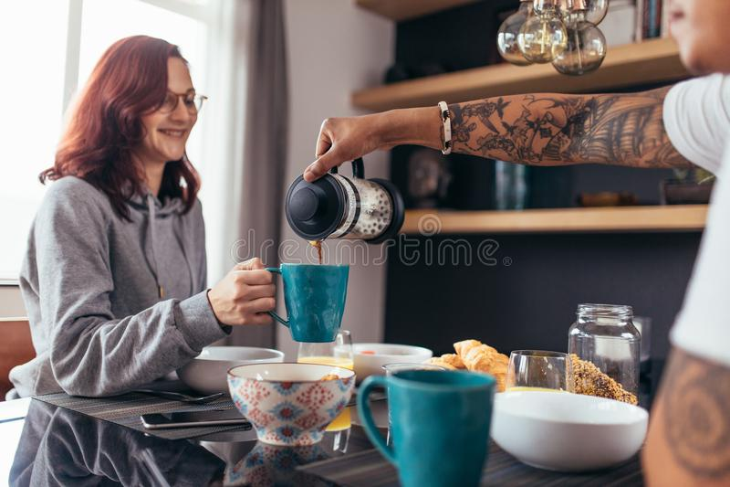 Houdend van paar die ontbijt hebben samen royalty-vrije stock afbeeldingen