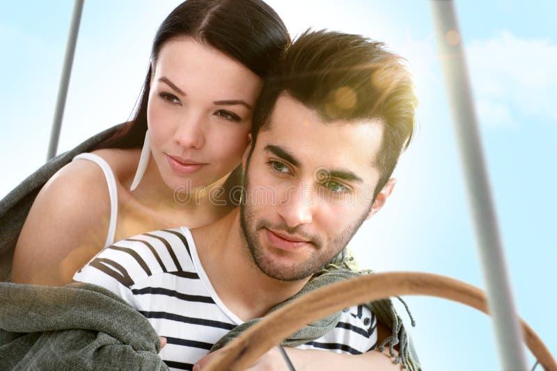 Houdend van paar die op varende boot omhelzen bij de zomer royalty-vrije stock afbeelding