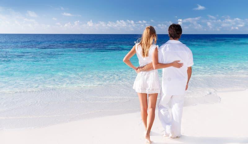 Houdend van paar die van zeegezicht genieten stock fotografie