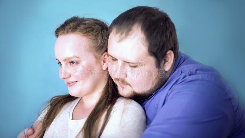 Houdend van paar die, voelend tederheid en liefde, vertrouwen en begrip omhelzen royalty-vrije stock afbeelding