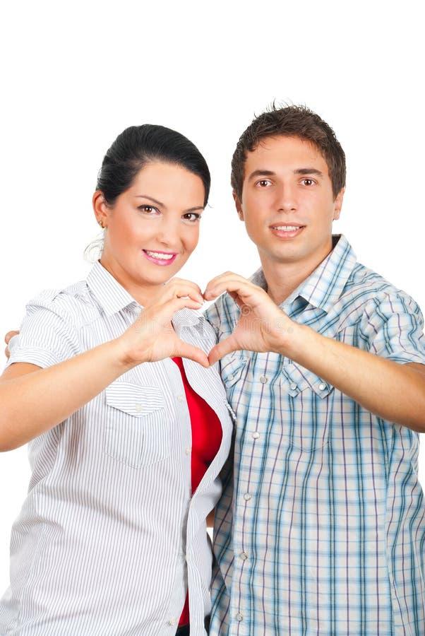 Houdend van paar in een omhelzing die hart vormt royalty-vrije stock foto