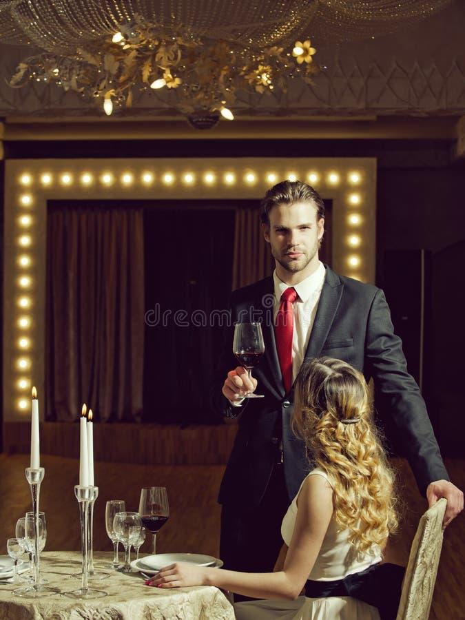 Houdend van paar in een restaurant restaurantvergadering van paar in liefde op romantische datum royalty-vrije stock fotografie