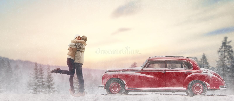 Houdend van paar en uitstekende auto stock fotografie