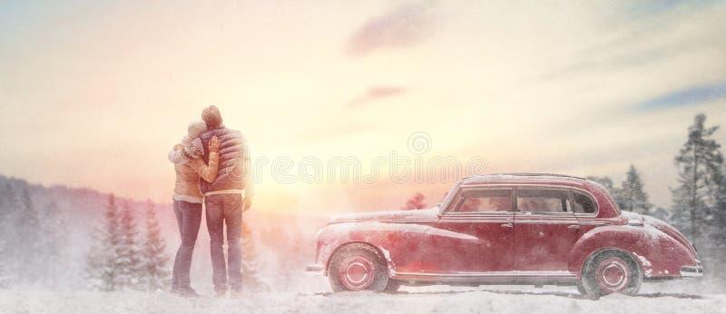 Houdend van paar en uitstekende auto stock afbeeldingen