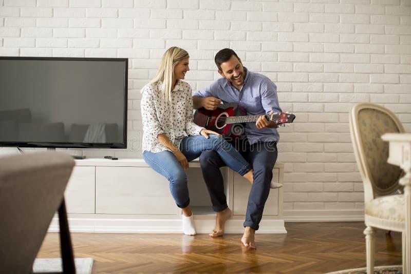 Houdend van paar met gitaar stock afbeeldingen