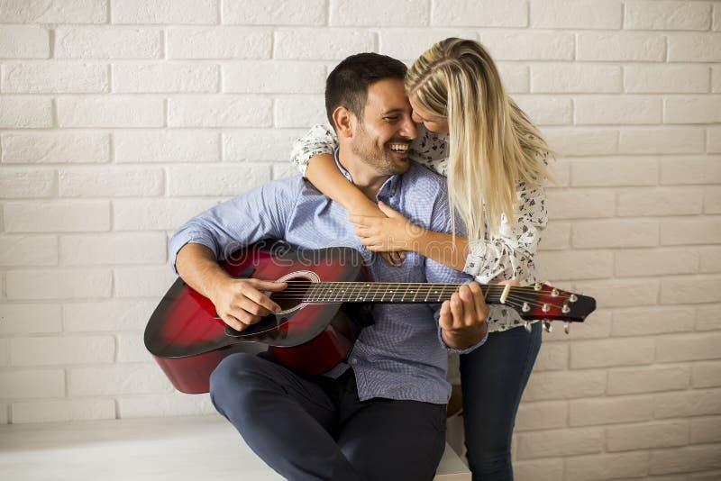 Houdend van paar met gitaar stock foto's