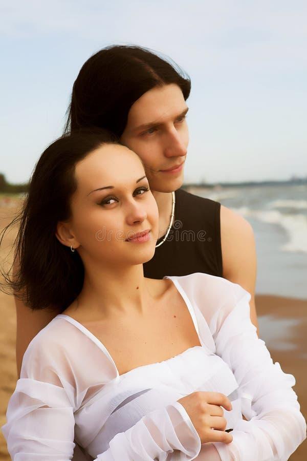 Houdend van paar op de kust royalty-vrije stock foto