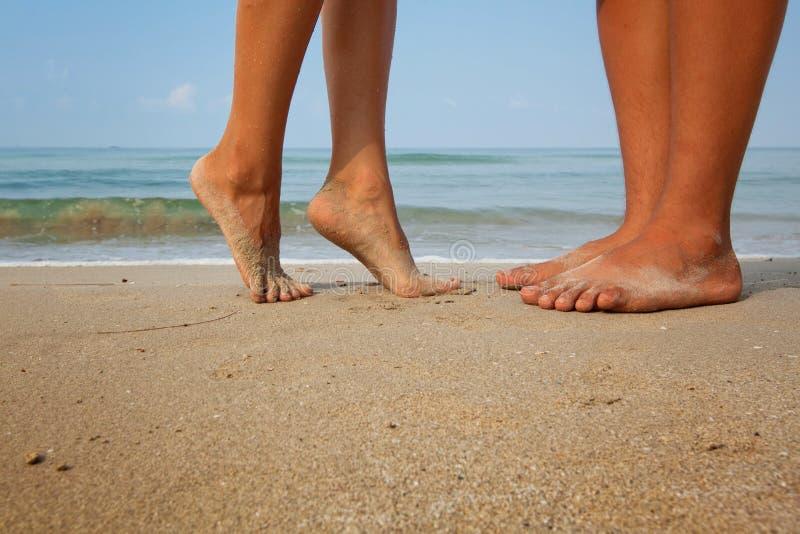 Houdend van paar op het strand stock afbeelding