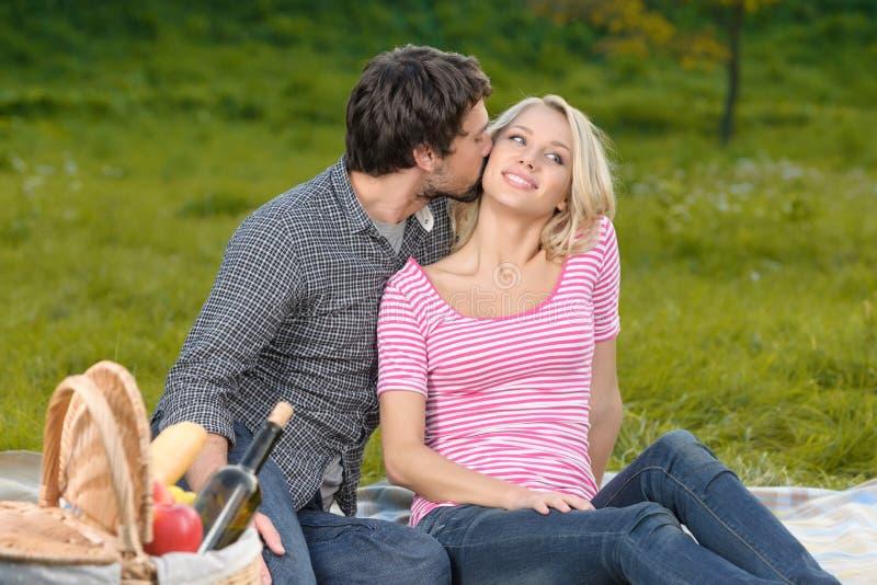 Houdend van paar in park. Houdend van jong paar die een grote tijd t hebben stock afbeeldingen