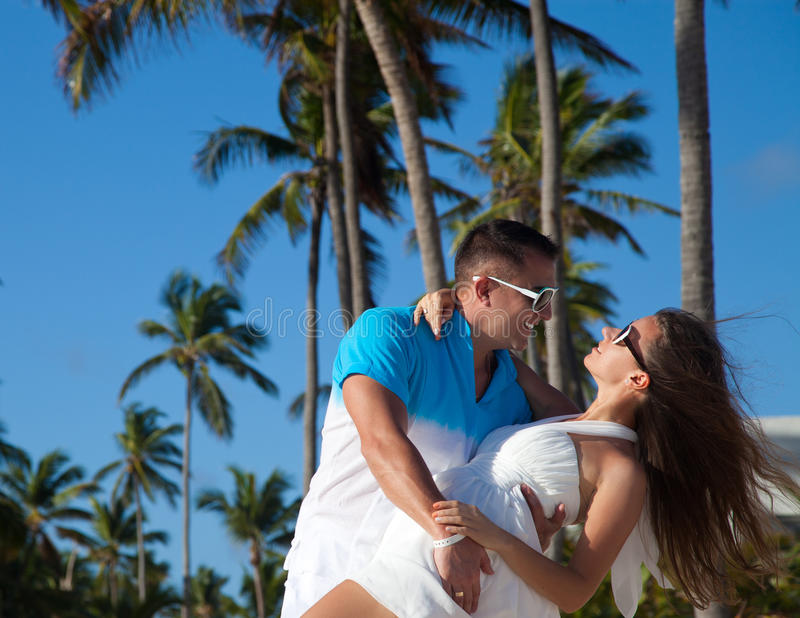 Houdend van paar - strand bij de zomer - de romantische datum of het huwelijk o stock fotografie