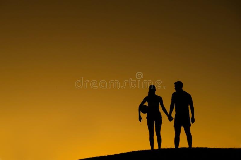 Houdend van paar van volleyballspelers royalty-vrije stock afbeelding